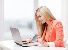 Bizneswoman z laptopem i kredytową kartą obrazy royalty free
