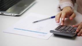 Bizneswoman z laptopem, kalkulatorem i papierami, zbiory wideo