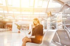 Bizneswoman z laptopem przy lotniskiem zdjęcie stock