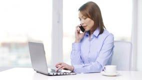 Bizneswoman z laptopem, smartphone i kawą, zbiory wideo