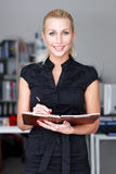 Bizneswoman z listą kontrolną Fotografia Stock
