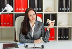 Bizneswoman z modelem samolot. fotografia stock