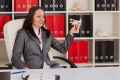 Bizneswoman z modelem samolot fotografia royalty free