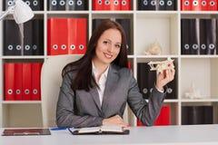 Bizneswoman z modelem samolot zdjęcie royalty free