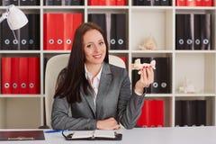 Bizneswoman z modelem samolot obraz royalty free