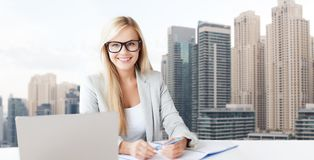 Bizneswoman z notepad i laptopem przy biurem zdjęcie stock