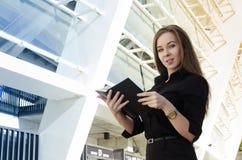 bizneswoman złocistego zegarek i czarnego notatnika Fotografia Stock