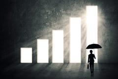 Bizneswoman z parasolem i narastającym wykresem Fotografia Royalty Free