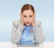 Bizneswoman z pastylka komputerem osobistym i rynku walutowego wykresem Fotografia Royalty Free