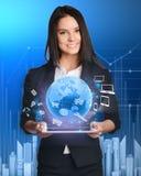 Bizneswoman z pastylka komputerem osobistym przeciw zaawansowany technicznie Obraz Royalty Free