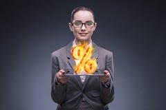 Bizneswoman z procentem podpisuje wewnątrz wysokiego interesu pojęcie Obrazy Stock