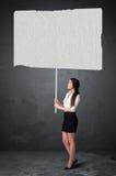 Bizneswoman z pustym broszura papierem Obrazy Royalty Free
