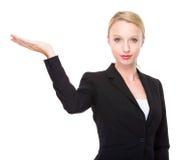 Bizneswoman z ręki przedstawieniem z puste miejsce znakiem Zdjęcie Royalty Free