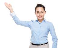 Bizneswoman z ręki przedstawieniem z puste miejsce znakiem Obraz Royalty Free