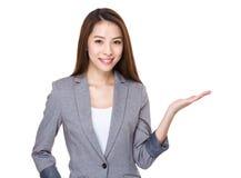 Bizneswoman z ręki przedstawieniem z puste miejsce znakiem Fotografia Stock
