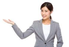 Bizneswoman z ręki przedstawieniem z puste miejsce znakiem Zdjęcie Stock
