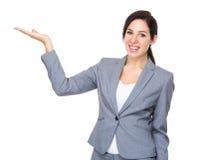 Bizneswoman z ręki przedstawieniem z puste miejsce znakiem Obrazy Royalty Free