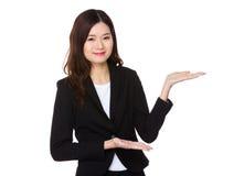 Bizneswoman z ręki przedstawieniem z puste miejsce znakiem Zdjęcia Stock