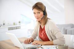 Bizneswoman z słuchawki dalej Fotografia Royalty Free
