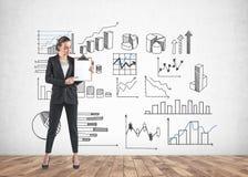 Bizneswoman z schowkiem, wykresami i diagramami, zdjęcie stock