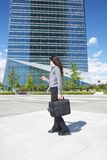 Bizneswoman z smartphone i teczką zdjęcie royalty free