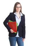Bizneswoman z szkłami i dokumentami w jej rękach Zdjęcia Stock
