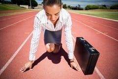 Bizneswoman z teczką w gotowym biegać pozycję Zdjęcia Royalty Free