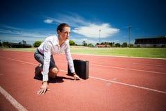Bizneswoman z teczką w gotowym biegać pozycję Zdjęcia Stock