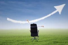 Bizneswoman z up strzała znaka chmurą Fotografia Stock