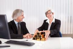 Bizneswoman z złocistej sztaby barami Obraz Royalty Free