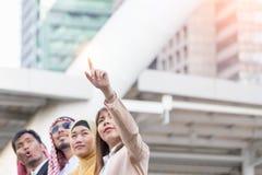 Bizneswoman z zatrzaśniętym jej palec na budynku tle Biznesu i pracy zespołowej pojęcie Fotografia Stock