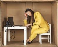 Bizneswoman zastanawia się czy podpisywać kontrakt Obraz Stock