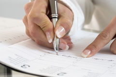 Bizneswoman zauważa spotkanie w jej dzienniczku w biurze, clos Zdjęcie Royalty Free