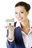 Bizneswomanu żeński mienie i chronienie dom. Zdjęcia Stock