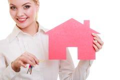 Bizneswomanu agenta nieruchomości papieru domu klucze Fotografia Stock