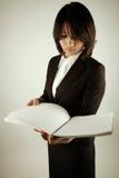 bizneswomanu azjatykci czytanie Fotografia Royalty Free