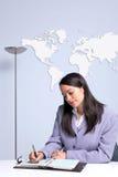 bizneswomanu biurko jej biurowy siedzący writing obrazy royalty free