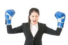 Bizneswomanu boks pokazuje napinający mięsień Zdjęcia Stock