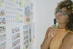 Bizneswomanu brainstorming na nowym projekcie fotografia royalty free