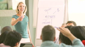 Bizneswomanu Brainstorming Wiodąca sesja Z kolegami zbiory