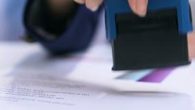 Bizneswomanu cechowania dokumenty, akceptujący projekt, asystent robi papierkowej robocie zbiory