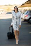 Bizneswomanu chodzący lotniskowy parking Fotografia Stock