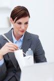 bizneswomanu chopstick łasowania potomstwa Zdjęcia Royalty Free