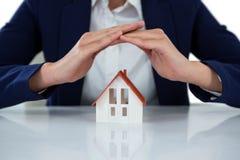 Bizneswomanu chronienia domu model z rękami Obraz Royalty Free