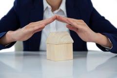 Bizneswomanu chronienia domu model z rękami Obraz Stock