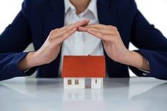 Bizneswomanu chronienia domu model z rękami Obrazy Royalty Free