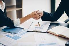 Bizneswomanu chwiania ręka dla zupełnej transakci biznesowej wpólnie obraz royalty free