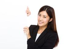 Bizneswomanu chwyt z puste miejsce deską Zdjęcie Royalty Free