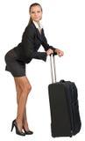 Bizneswomanu chylenia przedni opierać na rozszerzonym zdjęcia stock