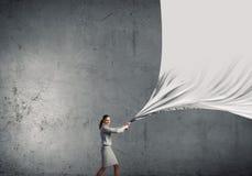Bizneswomanu ciągnienia tkaniny sztandar zdjęcia royalty free